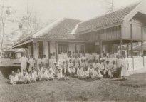 77833 Patienten en personeel Danaredja te Pati ca 1920